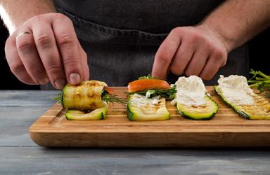 Zucchini cuộn với cà chua và pho mát (5)