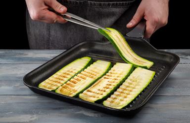 Zucchini cuộn với cà chua và pho mát (2)